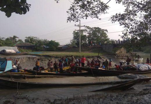 সুন্দরবনে অবৈধ অনুপ্রবেশের দায় ট্রলারসহ ৫৫ জন আটক