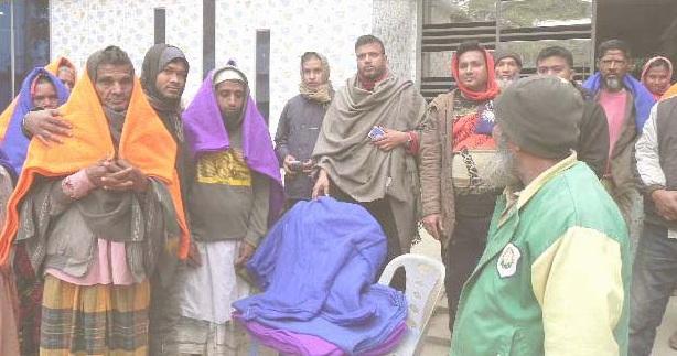 অসহায় শীতার্ত মানুষের পাশে নবাবগঞ্জের প্রিন্স