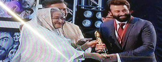 প্রধানমন্ত্রীর হাত থেকে জাতীয় চলচ্চিত্র পুরস্কার গ্রহণ করলেন তারকারা