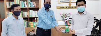 ঠাকুরগাঁওয়ে জেলা প্রশাসককে স্বাস্থ্য সুরক্ষা সামগ্রী প্রদান